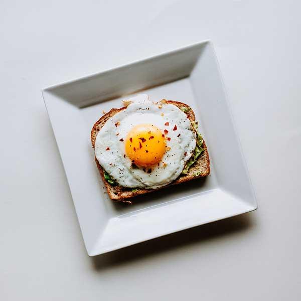 Ägg och avokado macka